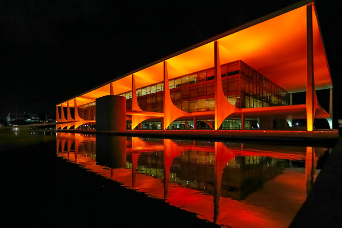 Brazil's Presidential Palace, O Palácio do Planalto, was lit in orange on 19 November, on the final day of the Executive Director's visit to the country, and ahead of the 16 days of activism.  Photo: Roberto Stuckert Filho/PR