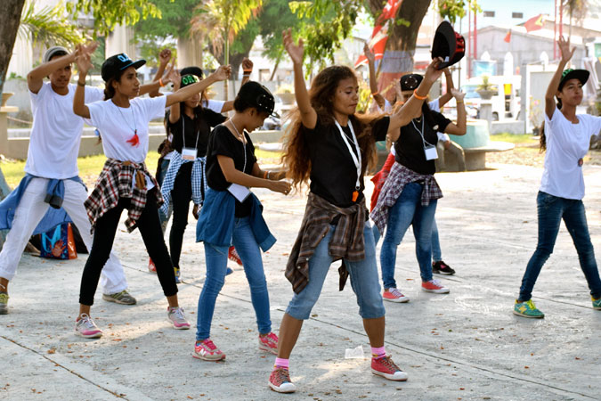 In Timor Leste, young people organized a pop-up event at one of the main public transportation terminals with dance performances to raise awareness about violence against women. Photo: UN Women/Christina Yiannakis
