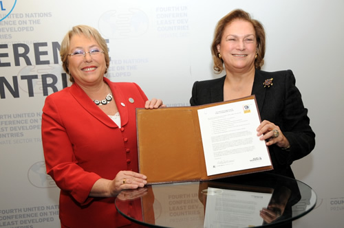 Ms. Michelle Bachelet, Executive Director of UN Women, and Ms. Güler Sabanci, Chairman of Sabanci Holding, display the signed CEO Statement of Support for the Women's Empowerment Principles, 10 May 2011.